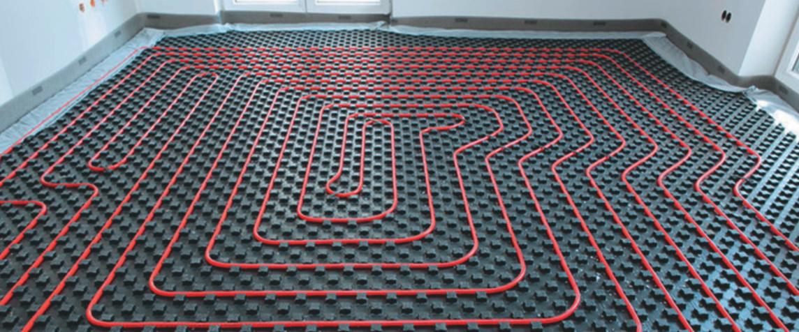 Укладка труб водяного «теплого пола» перед заливкой бетонным раствором